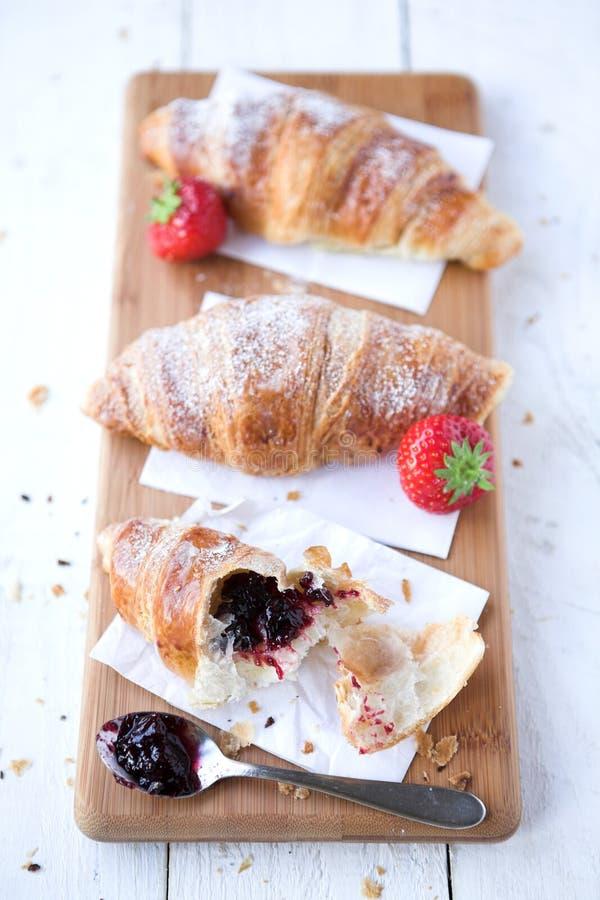Croissants & fragole fotografie stock