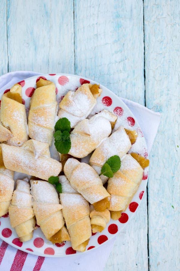 Croissants avec de la confiture de pomme photographie stock