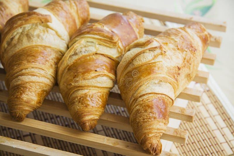 Croissants bij de houten grill stock afbeeldingen