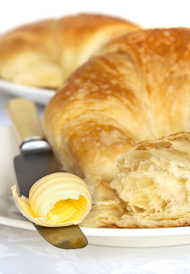 Croissants com manteiga fotografia de stock royalty free