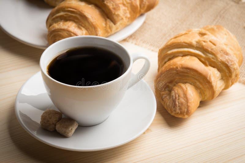Croissants con la tazza di caffè fotografia stock libera da diritti