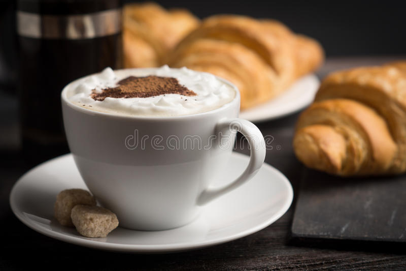 Croissants con la tazza di caffè immagini stock