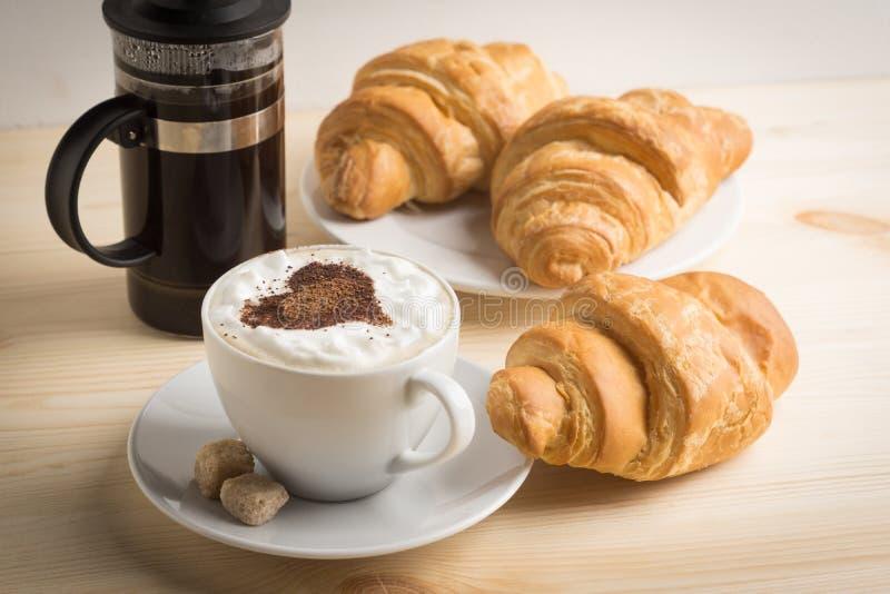 Croissants con la tazza di caffè immagine stock