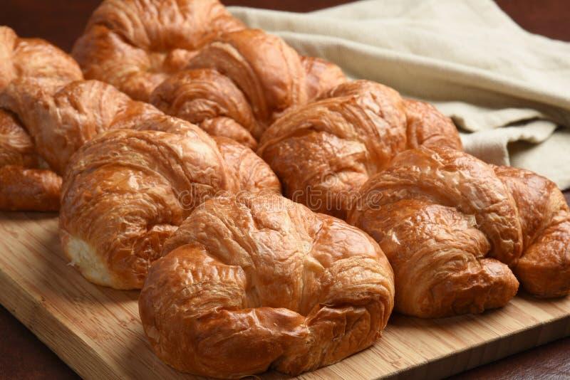 croissants cuits au four frais photos stock