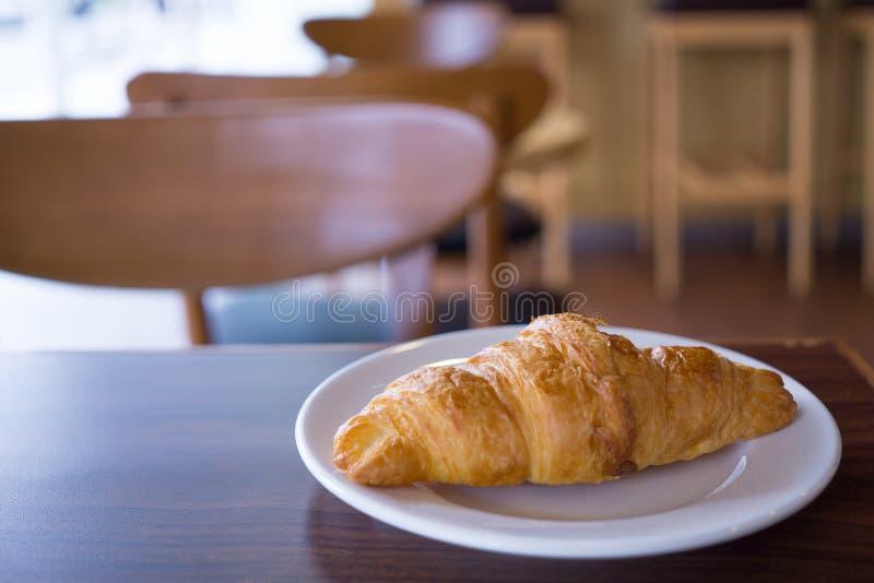 Croissants dans le plat blanc sur la table photographie stock