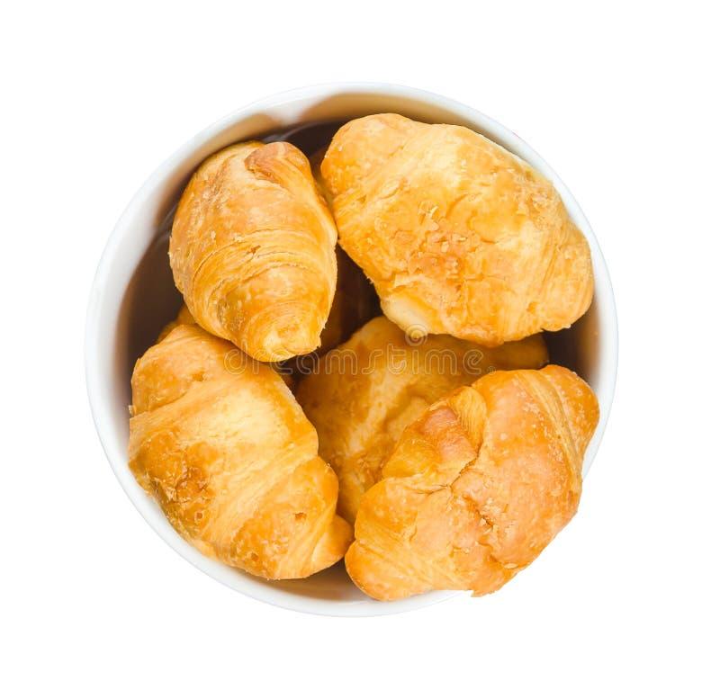 Croissants dans un plat rond d'isolement sur le fond blanc photographie stock libre de droits
