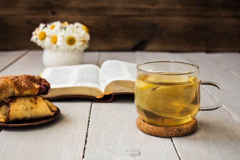 Croissants de marguerites de bible et de thé image stock