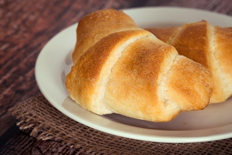 Croissants de petit déjeuner d'un plat photos stock