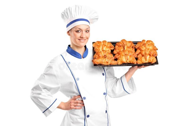 Croissants della femmina della holding del panettiere immagini stock libere da diritti