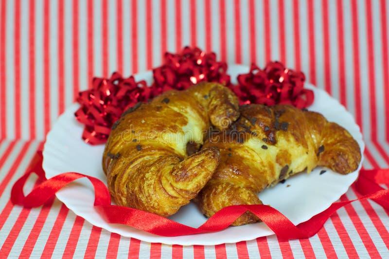 Croissants dulces con el regalo de Navidad del chocolate fotografía de archivo libre de regalías