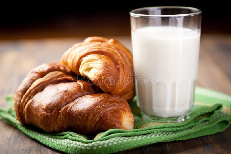Croissants e latte immagine stock libera da diritti
