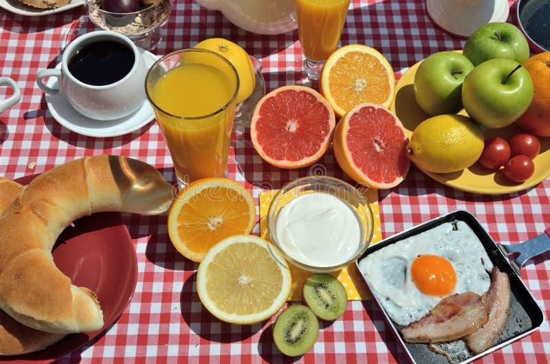 Croissants en eieren voor ontbijt royalty-vrije stock afbeeldingen