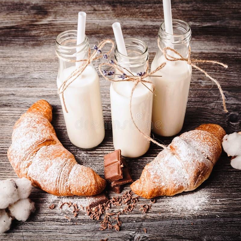 Croissants en flessen melk royalty-vrije stock foto
