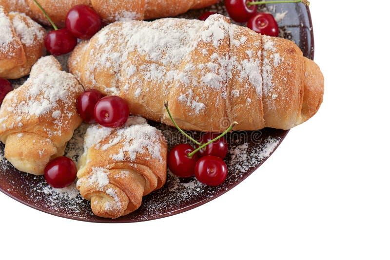 Croissants en rijpe kersen stock foto