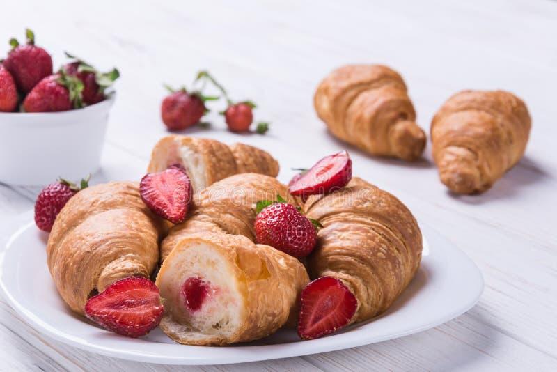 Croissants en rijpe stawberries royalty-vrije stock afbeelding