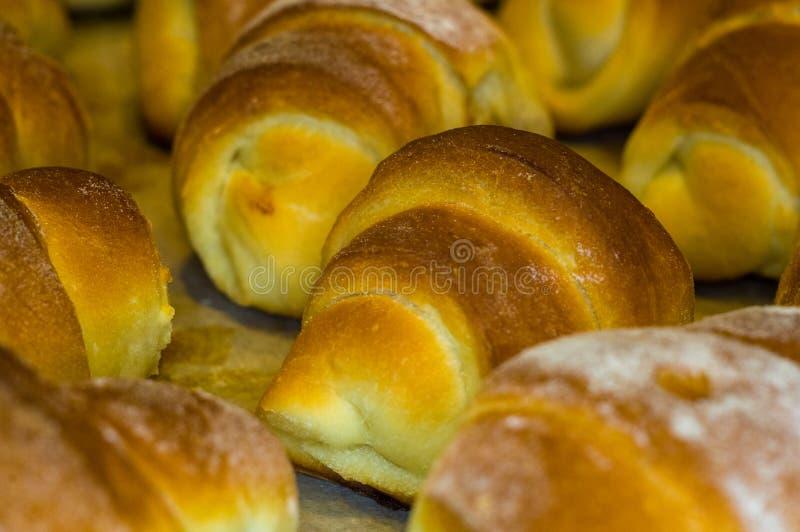 Croissants faits maison avec le remplissage doux image stock