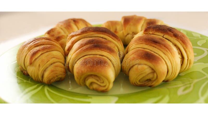 Croissants fraîchement cuits au four du beau plat vert HD images libres de droits