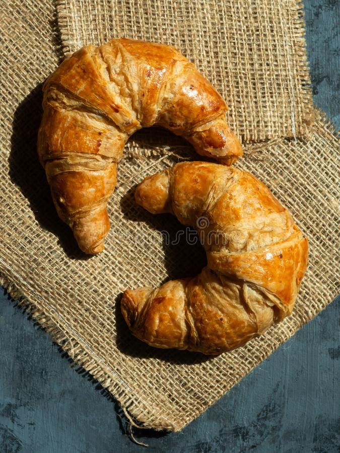 Croissants frais de beurre sur un tapis image libre de droits