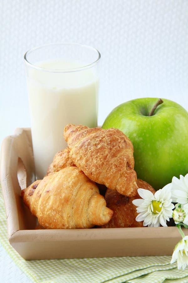 Croissants freschi della prima colazione, latte immagini stock libere da diritti