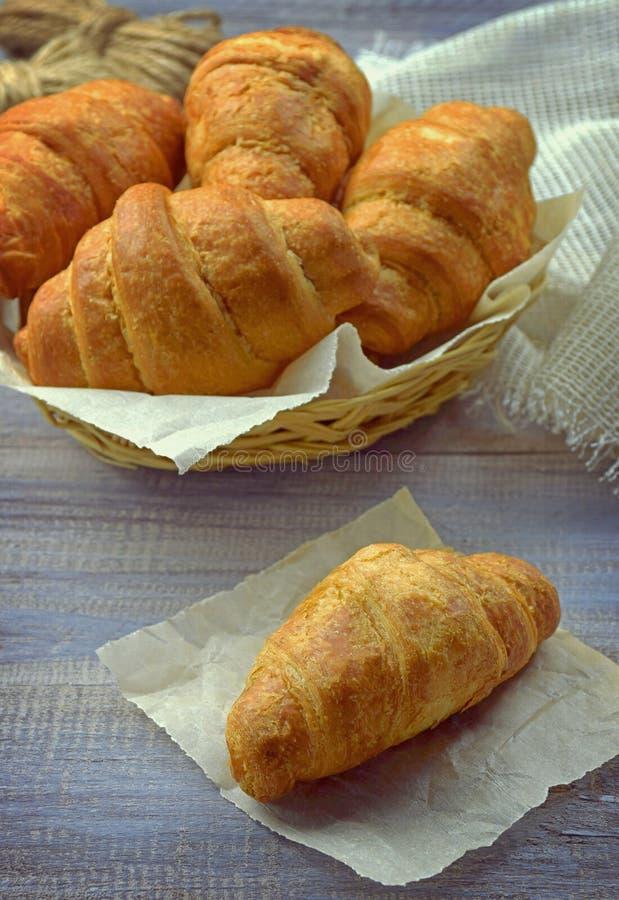 Croissants frescos Desayuno/entonado en estilo retro/ imagenes de archivo
