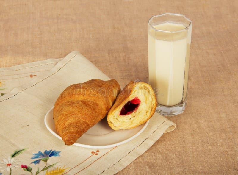 Download Croissants i dojny szkło zdjęcie stock. Obraz złożonej z pielucha - 41954322
