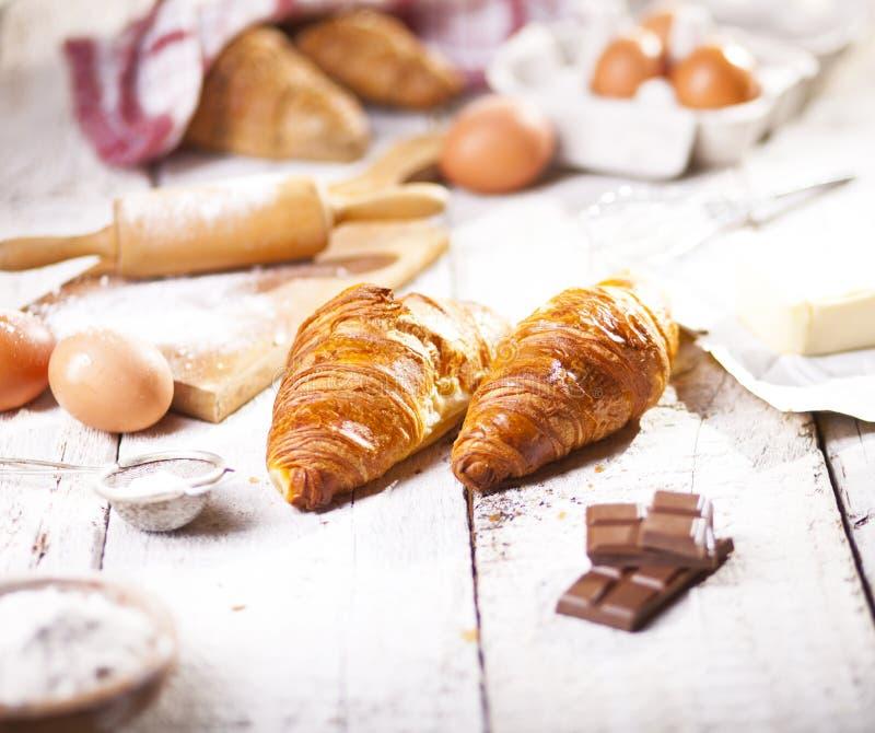 Croissants i składniki dla przygotowania piekarnia produkty zdjęcia stock