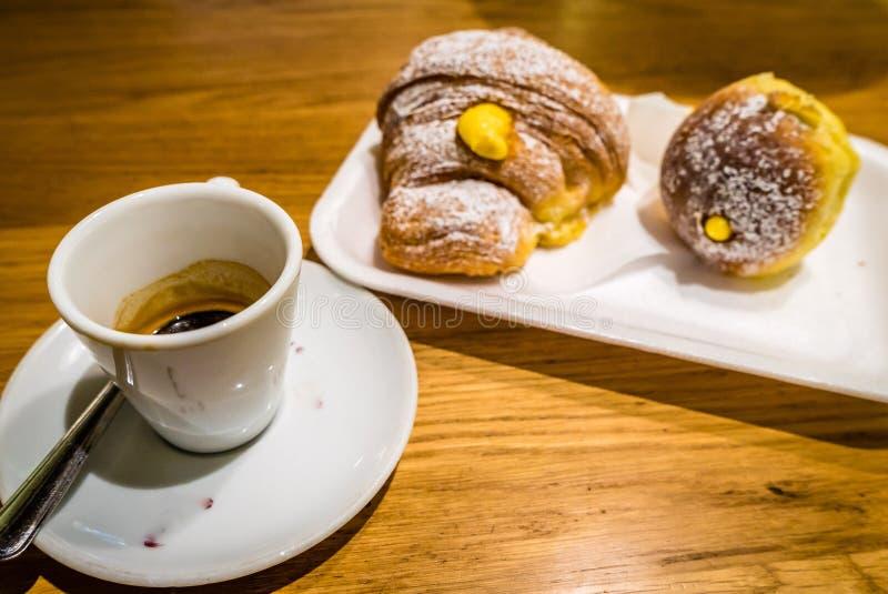 Croissants italiens de café et de dulce d'expresso image libre de droits