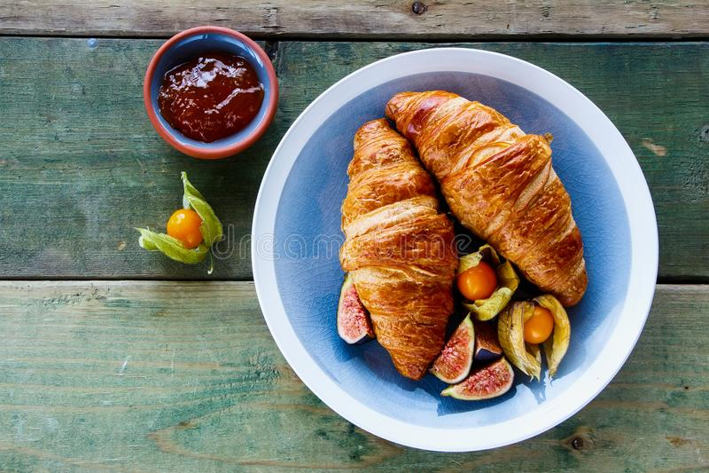 Croissants, jam en fruit royalty-vrije stock foto