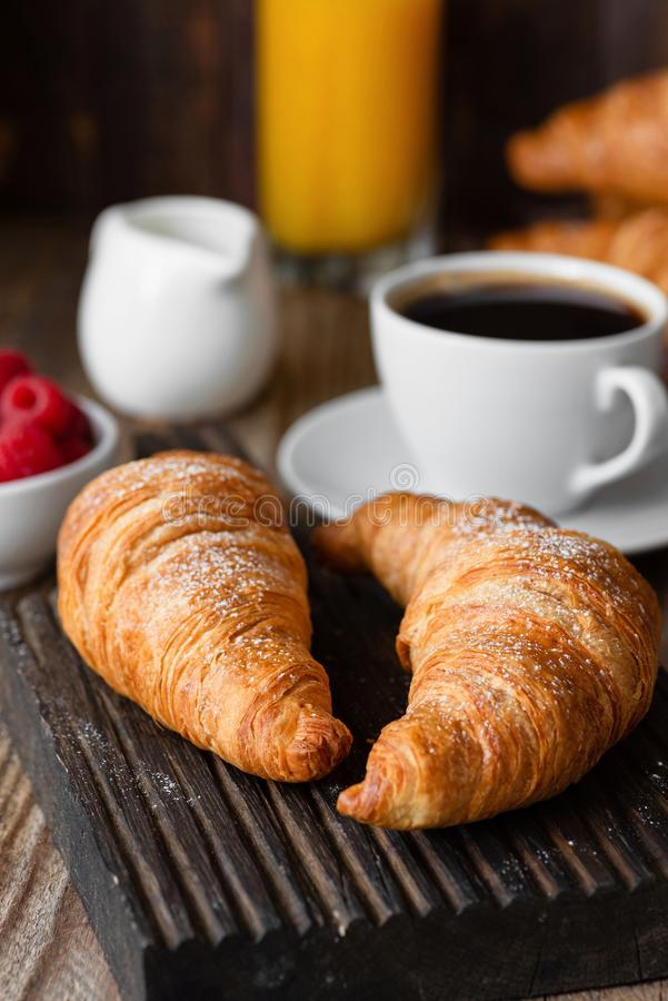 Croissants, koffie, jus d'orange en bessen Continentaal ontbijt royalty-vrije stock afbeeldingen