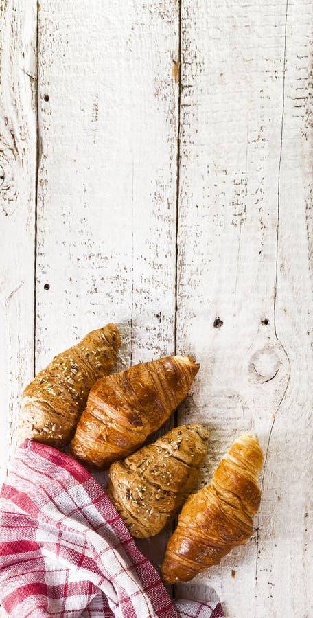Croissants na białym drewnianym tle zdjęcia royalty free