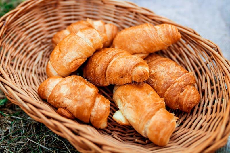 Croissants Ontbijt in bed en in openlucht stock fotografie