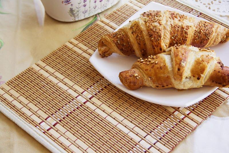 Croissants op gediende lijst #6 royalty-vrije stock foto