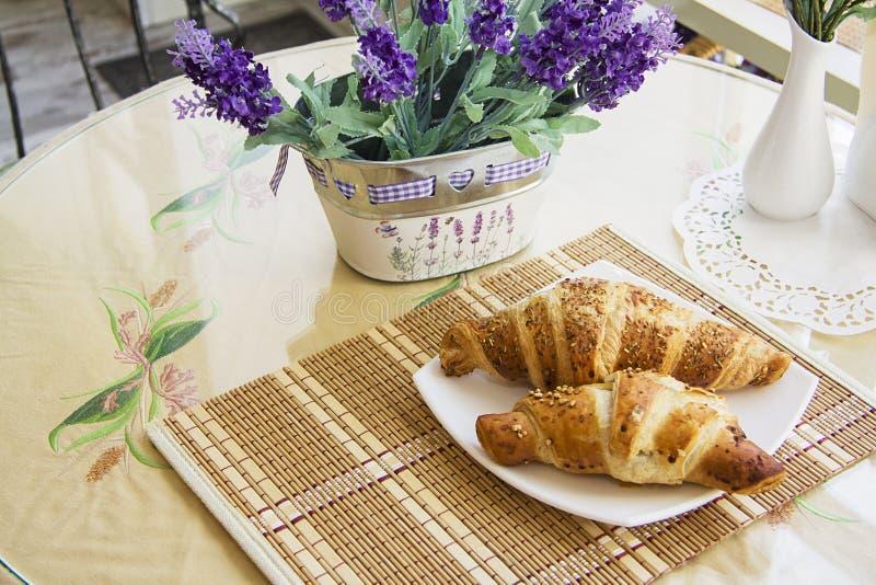 Croissants op gediende lijst #8 stock afbeelding