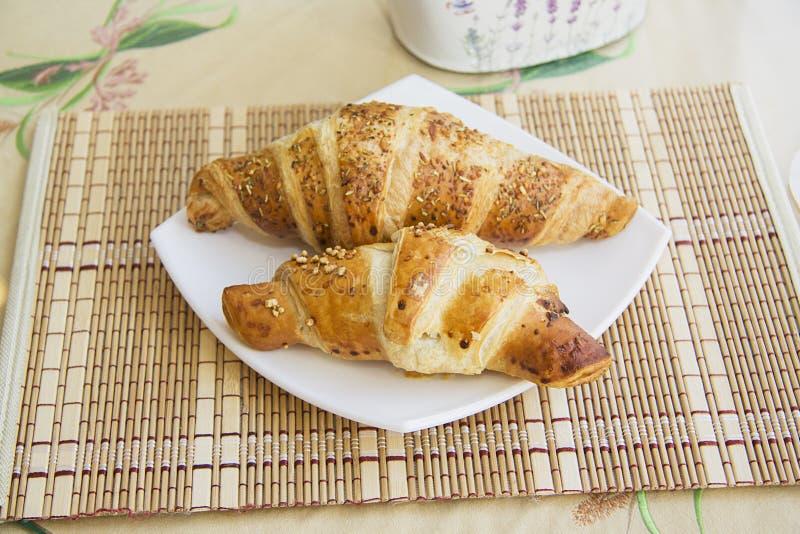 Croissants op gediende lijst #9 stock fotografie