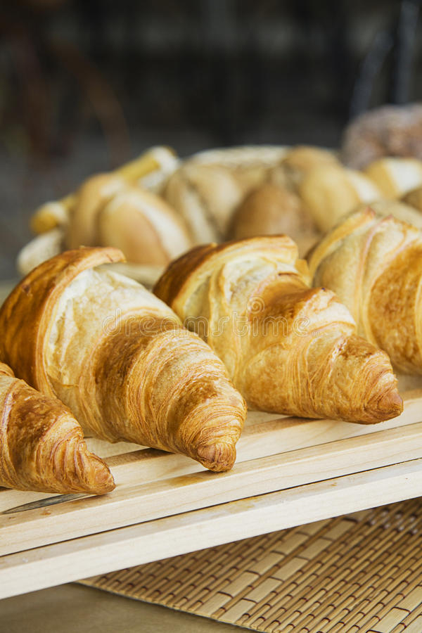 Croissants op houten grillclose-up stock foto's