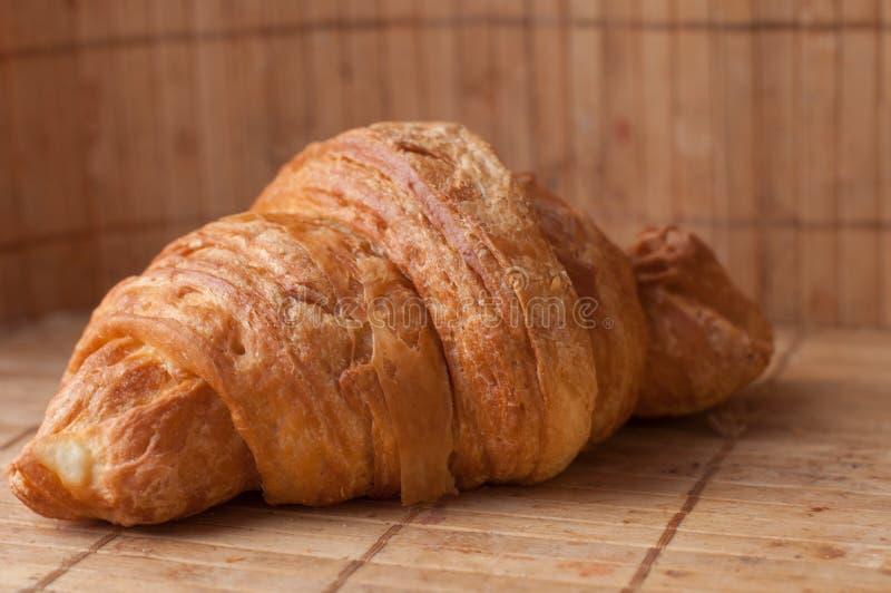 Croissants savoureux sur le fond photographie stock