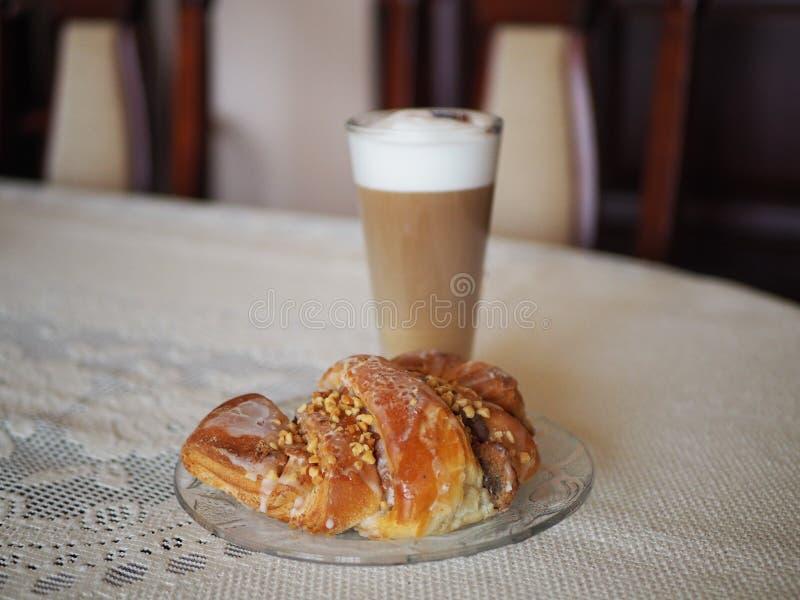 Croissants traditionnels de St Martins de poli en Latte de Poznan et de café image stock