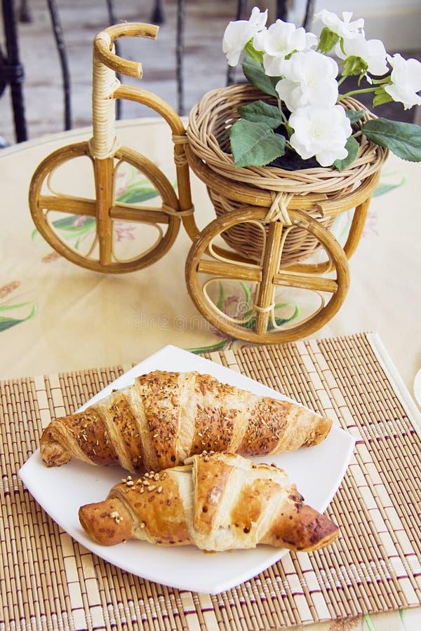 Croissants Typische Parijse koffie stock afbeeldingen