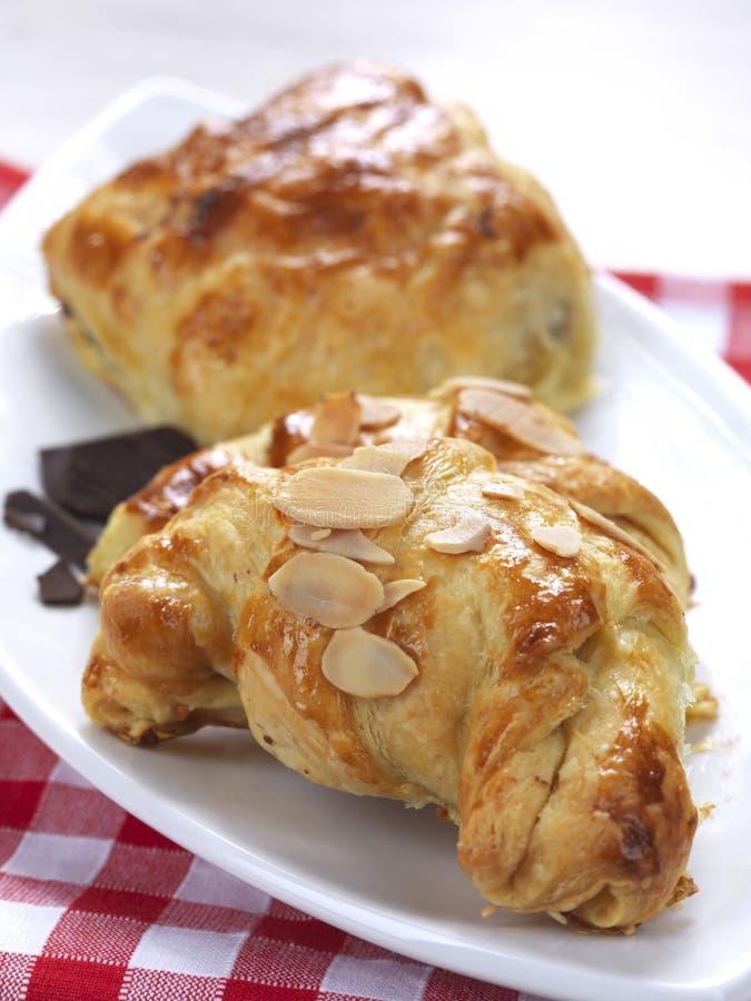 Croissants in una zolla immagini stock