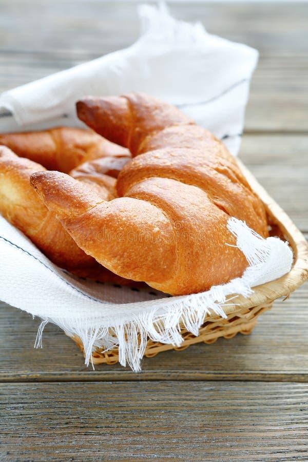 Croissants w chlebowym koszu obrazy stock