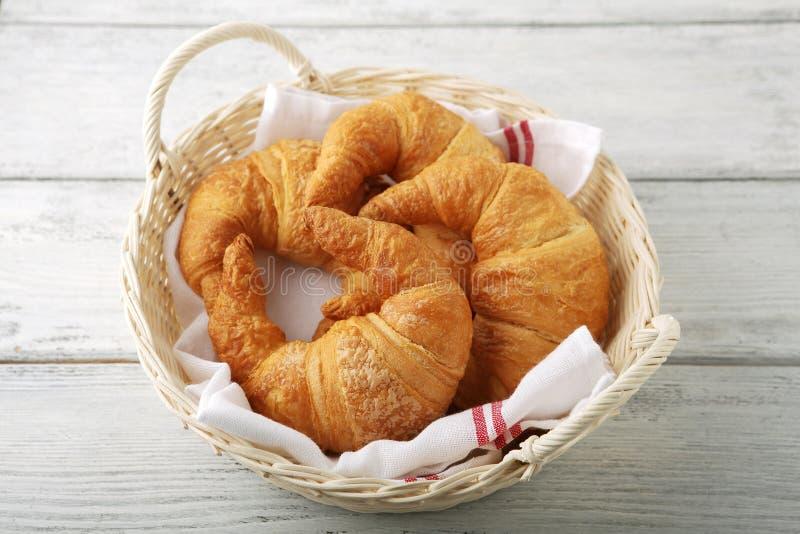 Croissants w koszu obrazy stock