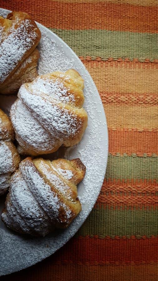 Croissants w talerzu na pasek tkaninie ukazują się fotografia royalty free