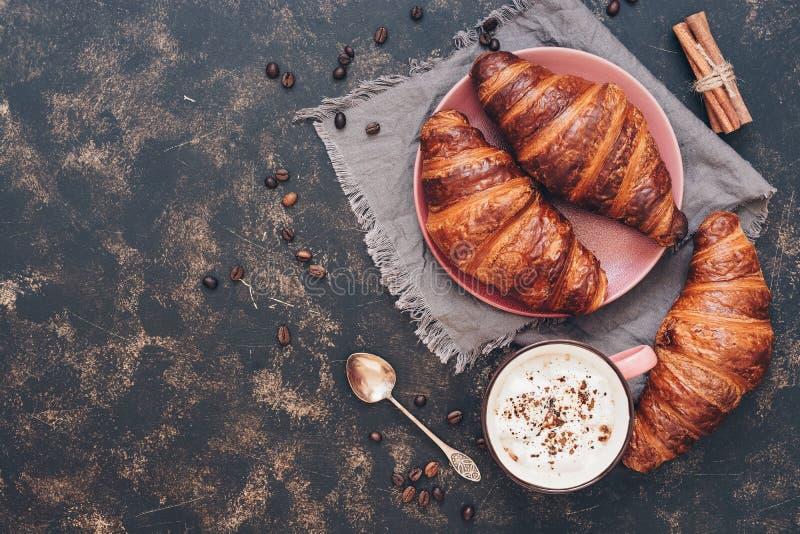 Croissants z kawą na zmrok powierzchni, odgórny widok, kopii przestrzeń zdjęcia stock