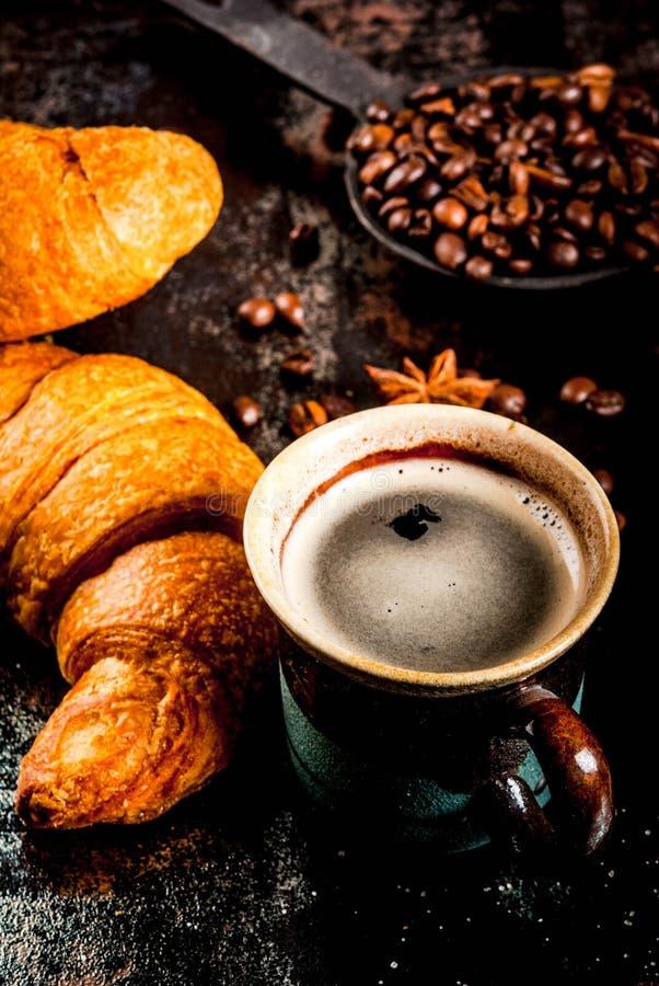 Download Croissants z kawą obraz stock. Obraz złożonej z kofeina - 106913859