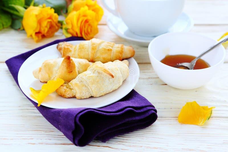 Croissants z miodem dla śniadania zdjęcia stock