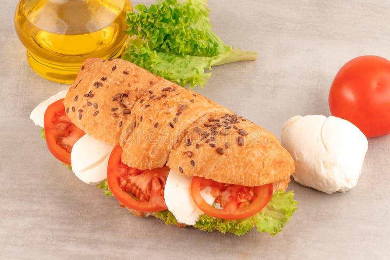 Croissantsandwich met slamozarella en tomaat Gezonde Snack royalty-vrije stock foto