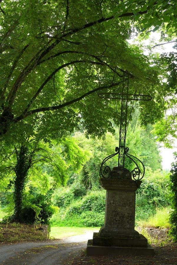 Croix antique de fer, entrée de cimetière images libres de droits