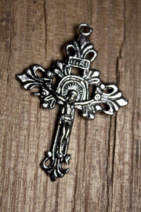 Croix argentée sur le fond en bois photo stock