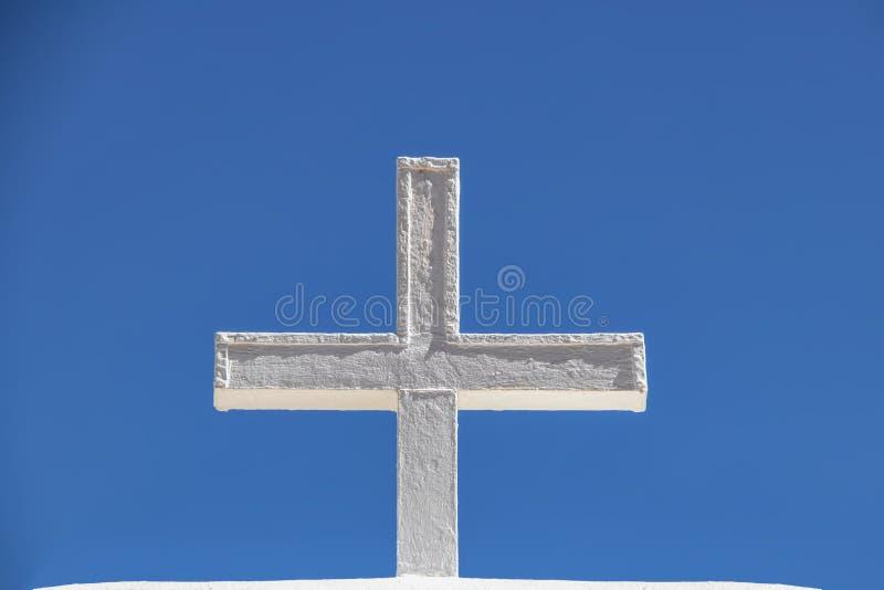 Croix blanche d'adobe contre un ciel très bleu - plan rapproché image libre de droits
