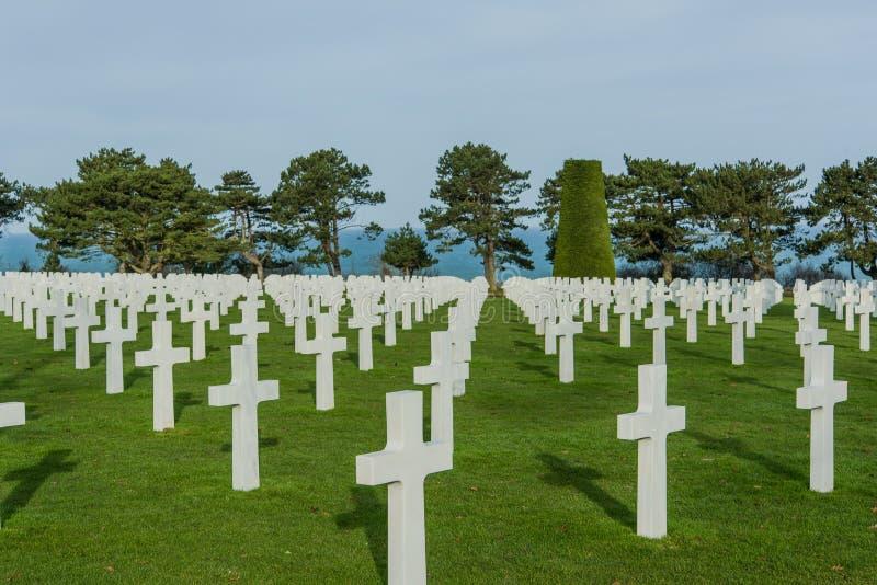 Croix blanches dans le cimetière américain, Omaha Beach, Normandie, franc photos libres de droits